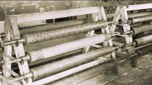 Rollers for embossing glass with a seamless pattern